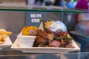 Ribeye-Steak mit gebratenem Maiskolben und Folienkartoffel
