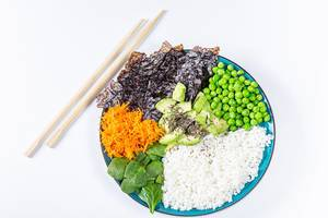 Rice with fresh vegetables, spinach and nori. The view from the top (Flip 2019)