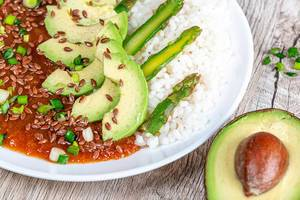 Rice with tomato-Apple sauce, asparagus, avocado and flax seeds