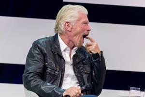 Richard Branson gähnend auf der Digital X in Köln