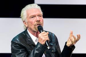 Richard Branson hält eine Rede auf der Bühne