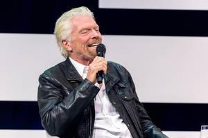 Richard Branson lehnt sich zurück auf der Digital X in Köln