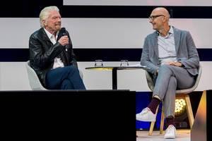 Richard Branson und Tim Höttges im Talk auf der Bühne der Digital X in Köln