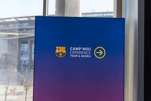 Richtungsweisendes Schild deutet auf die Erlebnistour und das Museum von Camp Nou hin, dem Heimatstadion des FC Barcelona in Spanien
