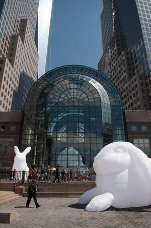 Riesige aufblasbare Hasen (Intdrude Installation von Amanda Parer) vor Brookfield Place in New York City, USA