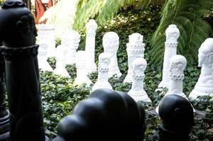 Riesige Schachspielfiguren im Garten