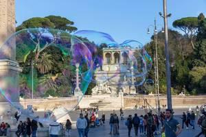 Riesige Seifenblasen schweben über dem Piazze del Popolo in Rom