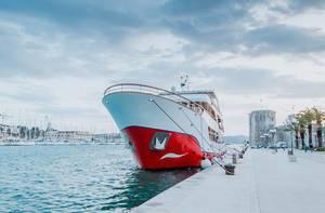 Riesige Yacht vor Anker in Trogir