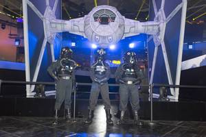 Riesiger TIE fighter am Star Wars Battlefront II Messestand - Gamescom 2017, Köln