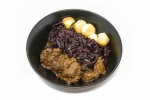 Rindergulasch nach traditioneller Art mit Apfelrotkohl und Miniknödel
