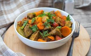 Rindfleisch Eintopf mit Karotten und Paprika mit Petersilie in einer Schüssel