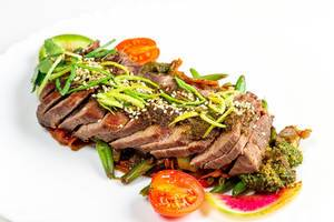 Rindfleisch in Scheiben geschnitten, mit Gemüse und scharfer Sauce