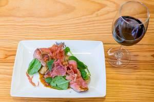 Rindfleisch, Kartoffeln, Spinat und Iberico mit Wein