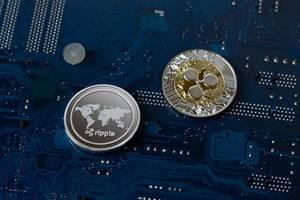 Ripple physikalisce Münzen auf einer Leiterplatte, symbolisierend für digitale Währungen