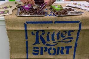 Ritter Sport präsentiert das vegane Schokoladensortiment auf einer Messe