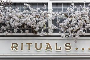 Rituals care brand store with white flowers