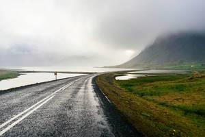 Road leading to the mountain / Straße führt zum Berg