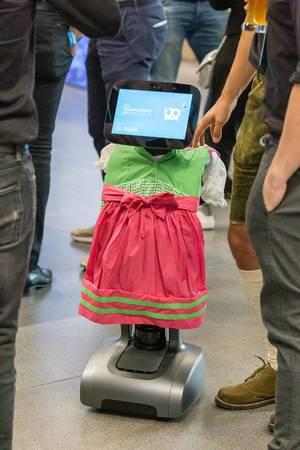 Robot von Humanizing Technologies im Dirndl bei Gründermesse Bits & Pretzels in München