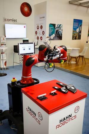 Roboter im Messestand von Hahn Robotics bei der IAA 2017 in Frankfurt am Main