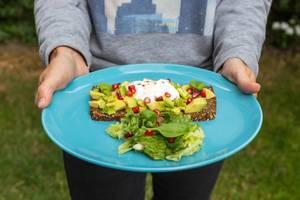 Roggenbrot mit Avocado, Granatapfelkernen und Joghurt-Dip