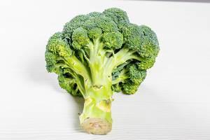 Roher, frischer Brokkoli auf einem weißen Tisch