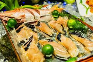 Roher Milchfisch auf einem Tablett, mit der Zitrusfrucht Calamansi