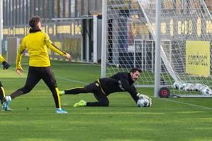 Roman Bürki, Torwart des BVB hält einen Abschluss im Trainingsspiel
