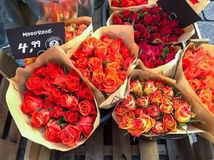 Rosensträuße im Rot und Orange zum Verkauf, Aufnahme von oben