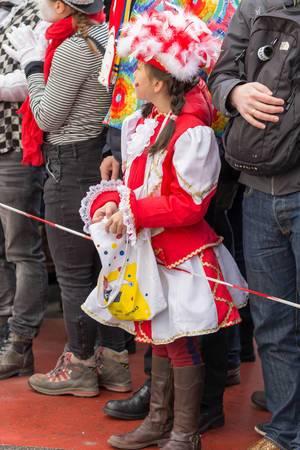 Rot-weiß gekleidetes Mädchen mit einem Säckchen in den Händen - Kölner Karneval 2018