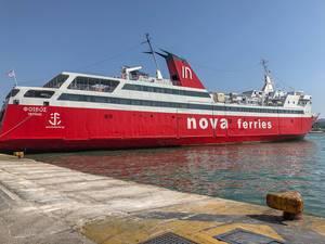 Rot-weiße Fähre von Saronic Ferries, im Hafen von Piraeus (Peiraia Argosaronikos)
