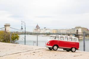 Rot-weißes Spielzeugauto vor der Kettenbrücke, einem Wahrzeichen Budapests