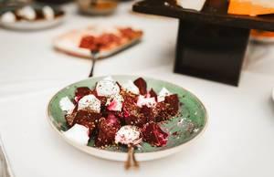 Rote Beete mit Mozzarella und Pfeffer auf einem Teller in einem Restaurant
