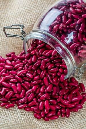 Rote Bohnen aus einem Glas gegossen 2