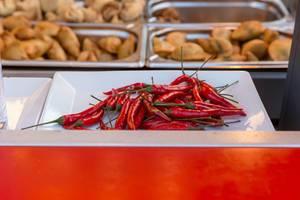 Rote Chilischoten und Chips im verschwommenen Hintergrund