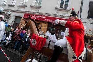 Rote Funken auf künstlichem Pferd