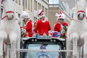 Rote Funken in ihrem Wagen mit weißen Pferden - Kölner Karneval 2018