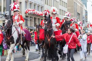 Rote Funken zu Pferd beim Rosenmontagszug - Kölner Karneval 2018