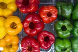 rote, gelbe und grüne ganze Paprika ohne Kerne von oben