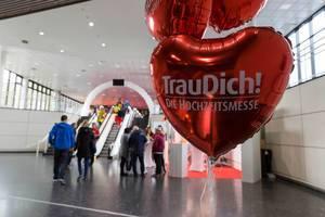 Rote Luftballons und der Eingang zur TrauDich! Hochzeitsmesse