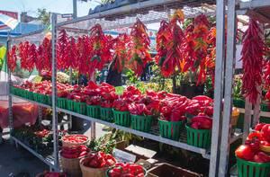 Rote Paprika und Chilis an einem sonnigen Tag auf dem Markt