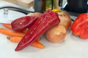 Rote Paprika, Zwiebeln und Karotten. Gesunde Zutaten