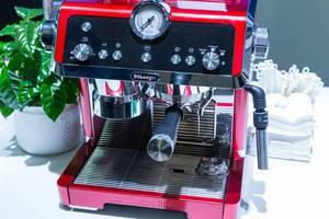 Rote Premium Barista Espressomaschine: Pump Espresso Siebträger EC9335.R - La Specialista mit Sensor Grinding Technologie von DeLonghi