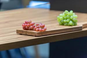 Rote und grüne Weintrauben auf einem Schneidebrett