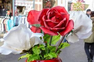 Rote und weiße Kunstrosen in einer Vase