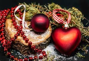 Rote Weihnachtsbaumkugeln und weiterer Schmuck