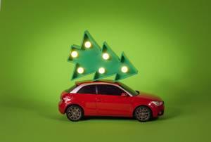 Roter Audi A1 transportiert einen Weihnachtsbaum