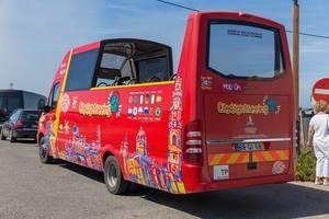 Roter Cabrio Besichtigungsbus ohne Dach