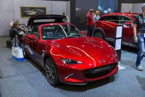 Roter Mazda MX-5 von vorne an der Photokina in Köln