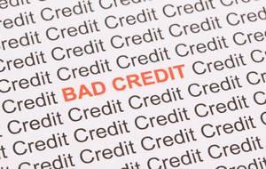 Roter Text Bad Credit zwischen schwarzen Wörtern Credit