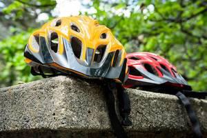 Roter und orangefarbener Fahrradhelm
